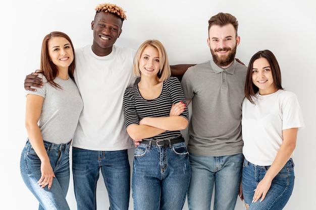 Grupo de vista frontal de jovens amigos Foto gratuita