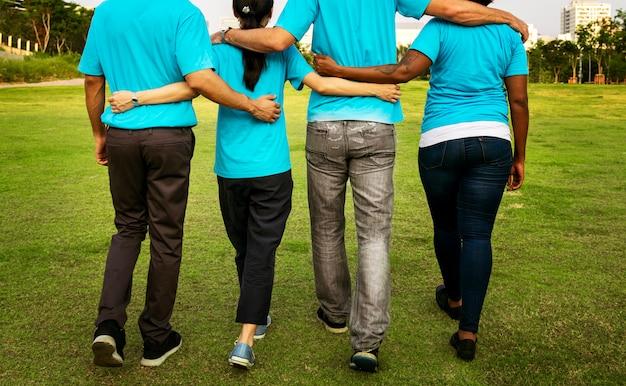 Grupo de voluntários felizes e diversos Foto gratuita