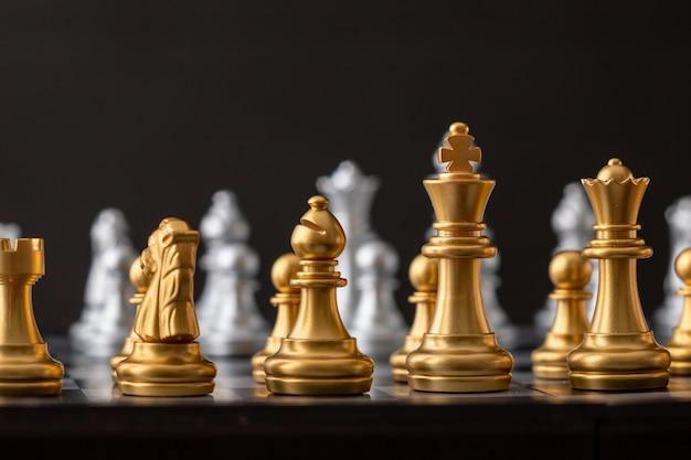 Grupo de xadrez de ouro e prata Foto Premium