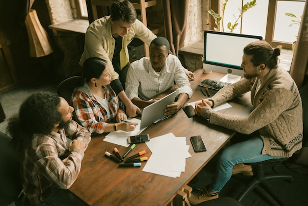 Grupo diversificado de freelancers brainstorming em coworking Foto Premium