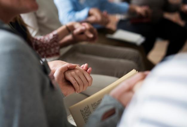 Grupo diversificado de pessoas de mãos dadas no grupo de apoio Foto Premium