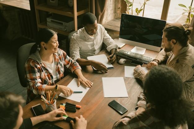 Grupo diversificado de trabalho em equipe de freelancers na inicialização Foto Premium