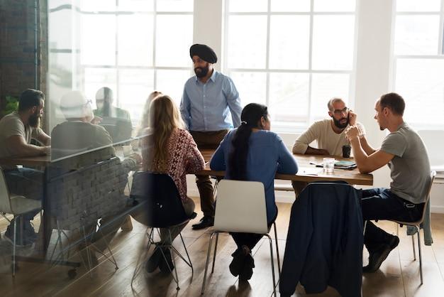 Grupo diverso de pessoas em uma sala de reuniões Foto Premium