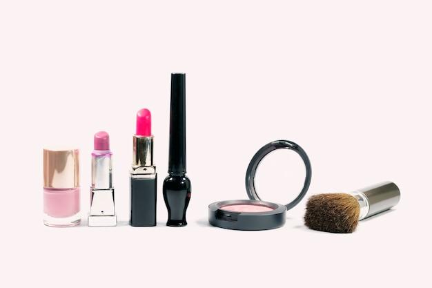 Grupo do close up de cosméticos da composição no fundo branco. Foto Premium