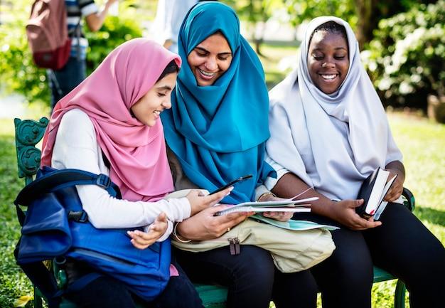 Grupo estudantes, usando, telefone móvel Foto Premium