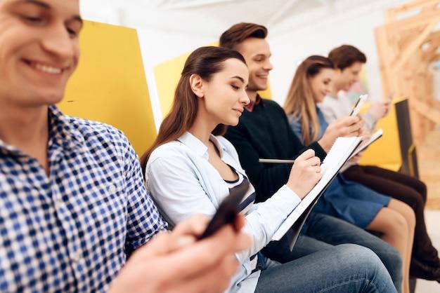 Grupo inteligente de jovens desenvolvedores estão testando dispositivo Foto Premium