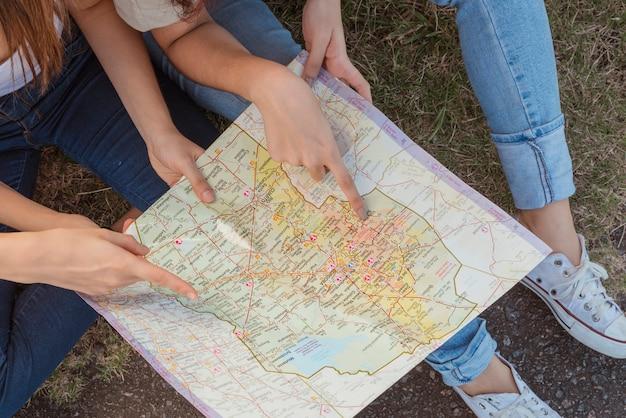Grupo jovens, com, mapa Foto gratuita