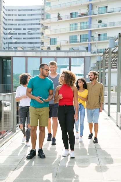 Grupo multiétnico de amigos andando Foto gratuita