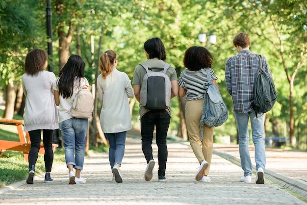 Grupo multiétnico de jovens estudantes Foto gratuita