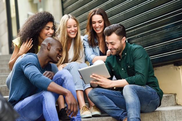 Grupo de Jovens Procurando Emprego