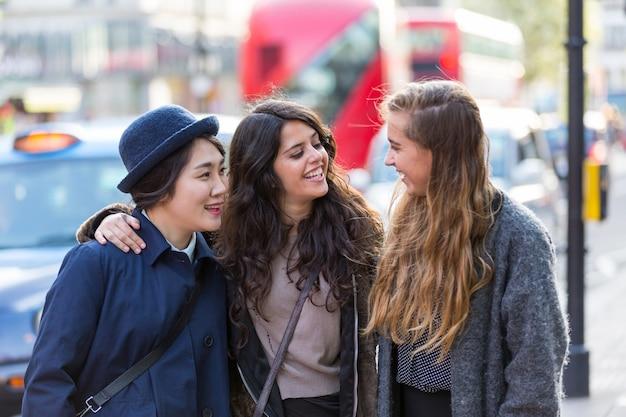 Grupo multirracial de meninas andando em londres Foto Premium
