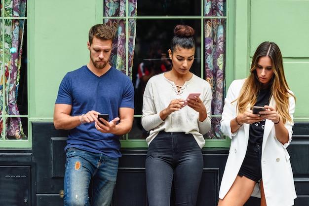 Grupo multirracial de pessoas olhando para o telefone inteligente Foto Premium