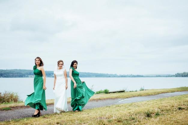 Grupo noiva verão casamento ao ar livre. ucrânia europa Foto Premium