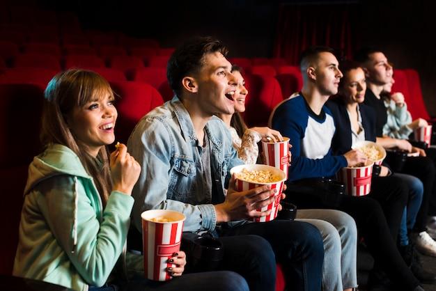 Grupo pessoas, em, cinema Foto gratuita