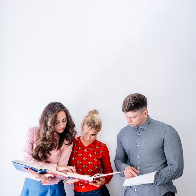 Grupo pessoas, estudar, em, estúdio Foto gratuita