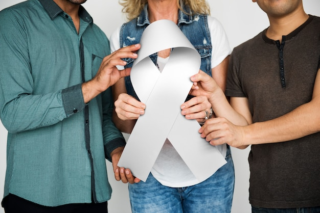 Grupo pessoas, segurando, fita, peito, câncer, conceito Foto Premium