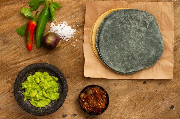 Guacamole e salsa de vista superior para tortilha Foto gratuita