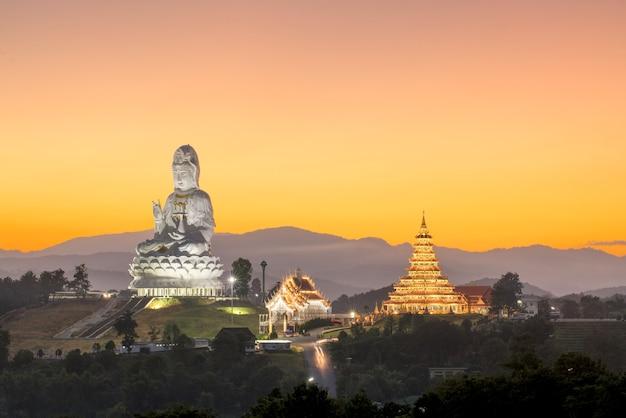 Guanyin: wat huay plakang templo de 9 camadas Foto Premium