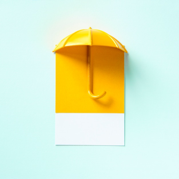 Guarda-chuva amarelo, lançando uma sombra Foto gratuita