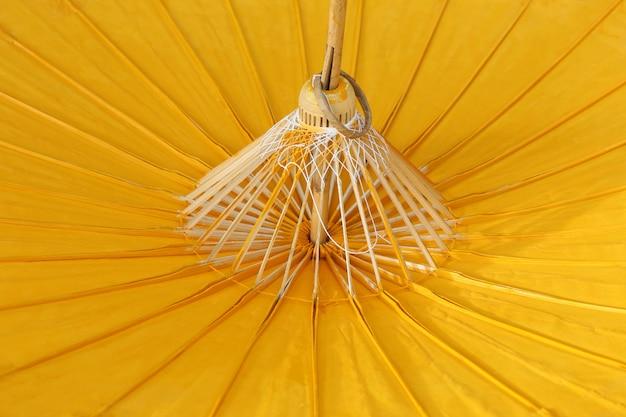 Guarda-chuva de papel amarelo Foto Premium