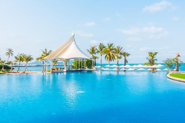 Guarda chuva e cadeira em torno da piscina baixar fotos for Piscina gratuita