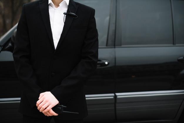 Guarda de segurança do close-up na frente do carro Foto gratuita