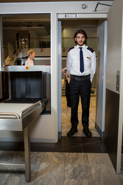 Guarda de segurança sob a porta de digitalização Foto gratuita