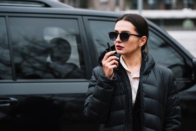 Guarda mulher com equipamento Foto gratuita