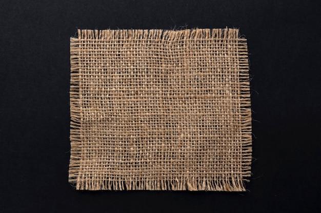Guardanapo de tecido de serapilheira velho em fundo preto, vista superior Foto Premium