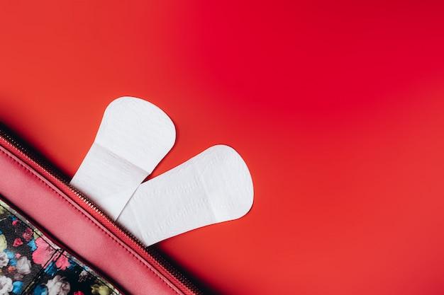 Guardanapos sanitários destacam-se da bolsa e no canto Foto Premium