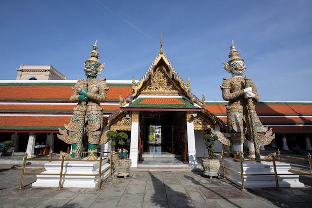 Guardião gigante do demônio que está na frente da porta de wat phra kaew (palácio grande) em banguecoque tailândia Foto Premium