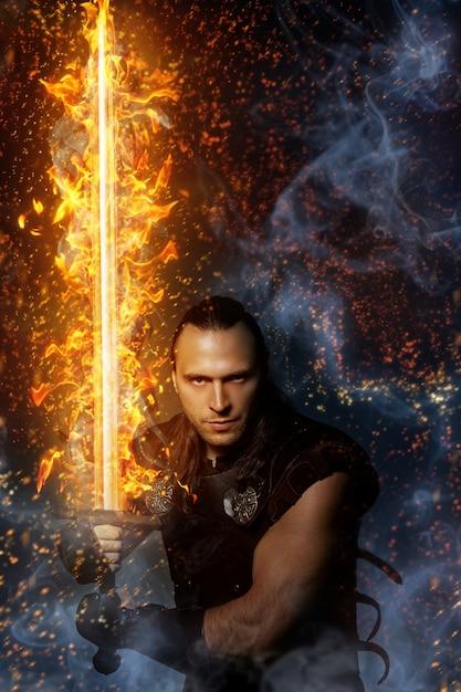 Guerreiro solitário com espada de fogo Foto gratuita