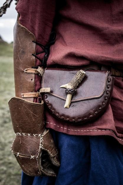 Guerreiro viking com luvas de couro e bolsa de vagabundo Foto gratuita