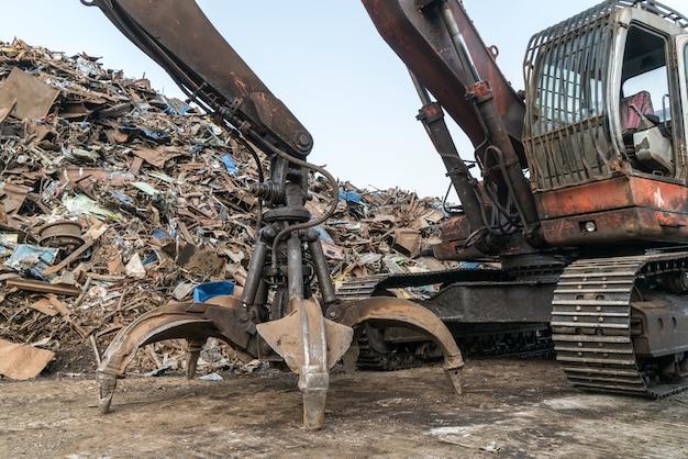 Guindaste de garra trabalha na estação de reciclagem de resíduos Foto Premium
