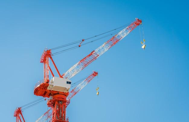Guindaste e construção civil local Foto gratuita