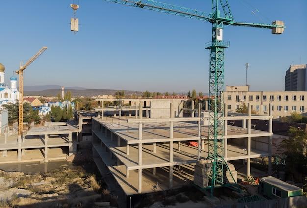 Guindaste, e, predios, local construção, contra, céu azul Foto Premium