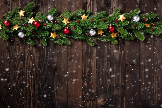 Guirlanda de natal na fronteira com ramos de abeto e estrelas de natal enfeite decoração de bugigangas Foto Premium