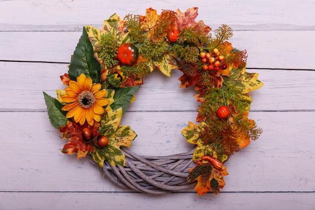 Guirlanda de outono em fundo de madeira. conceito de ação de graças. copyspace Foto Premium