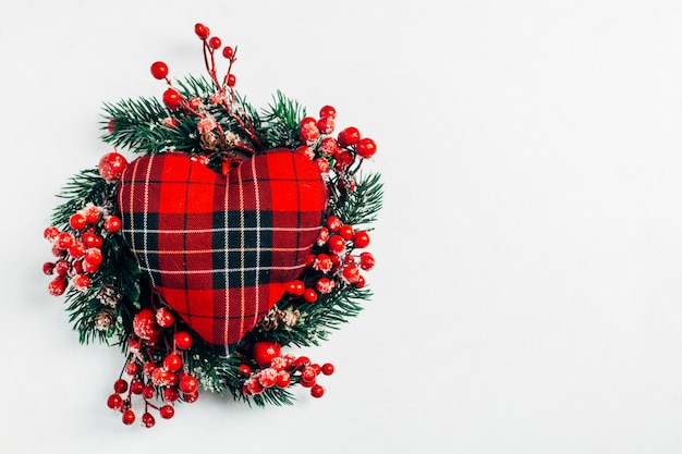 Guirlanda decorativa de natal de raminhos de azevinho, hera, visco, cedro e folha de leyland Foto Premium