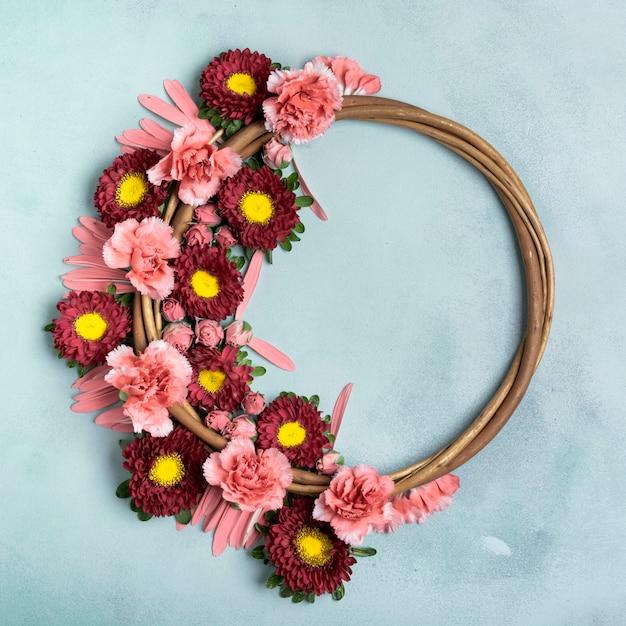 Guirlanda floral com cravos e margaridas com espaço de cópia Foto gratuita
