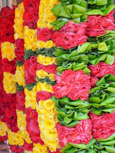 Guirlandas de flores bonitas para cerimônia religiosa hinduísmo e budismo Foto Premium