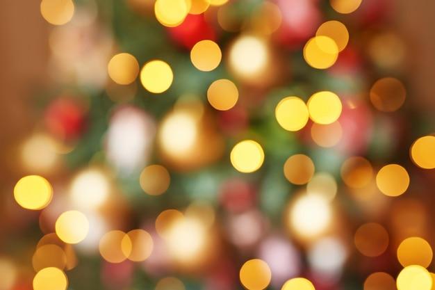 Guirlandas de natal bokeh de cor vermelha, amarela e verde Foto Premium