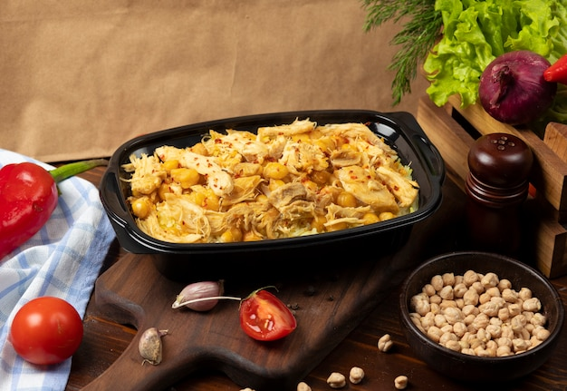 Guisado de carne de frango com feijão amarelo, castanhas. Foto gratuita
