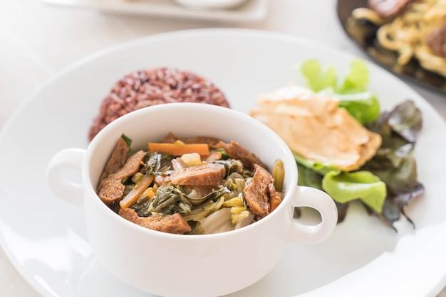 Guisado de legumes chineses e tofu com arroz de baga Foto gratuita