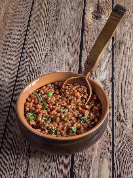 Guisado de lentilha. lentilha vegana à bolonhesa. dieta alimentar. Foto Premium