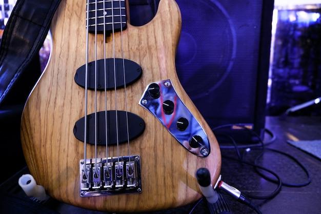 Guitarra baixo elétrica está no palco. fechar-se. Foto Premium