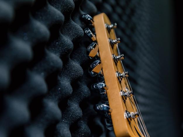 Guitarra elétrica na parede, sala de ensaio, música negra Foto Premium