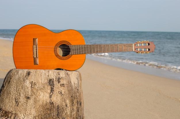 Guitarra na praia de areia no lindo verão Foto Premium