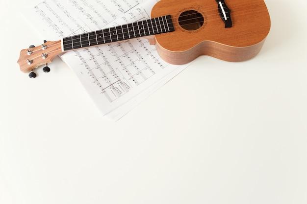 Guitarra ukulele, partituras. Foto Premium