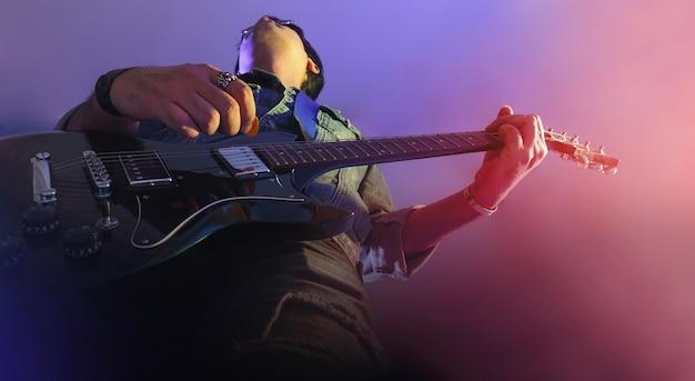 Guitarrista em um palco Foto Premium